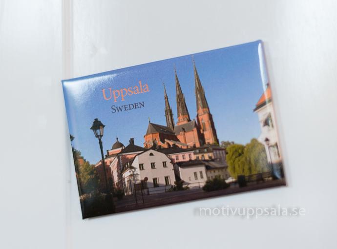 Souvenir från Uppsala, magnet med Uppsalabild av Domkyrkan och Gamla torget.